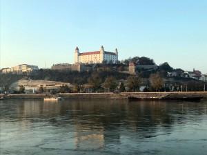 Blick über die Donau auf die Burg Bratislava