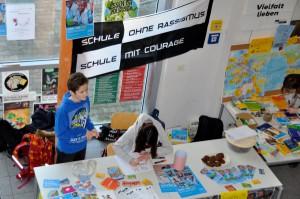 Infostand der AG Schule ohne Rassismus - Schule mit Courage