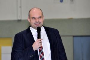 Schulleiter Dr. M. Frings begrüßt die Anwesenden in der Turnhalle