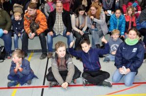 Besucherinnen und Besucher in der Turnhalle